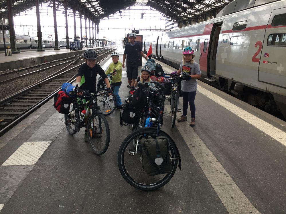 Paris Gare de Lyon - erste Teilstrecke geschafft! Jetzt wird durch Paris zum Gare Montparnasse geradelt (kein Problem! Gute Velospuren!)
